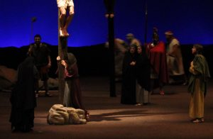 Magdalena al peu de la creu a La Passió d'Olesa